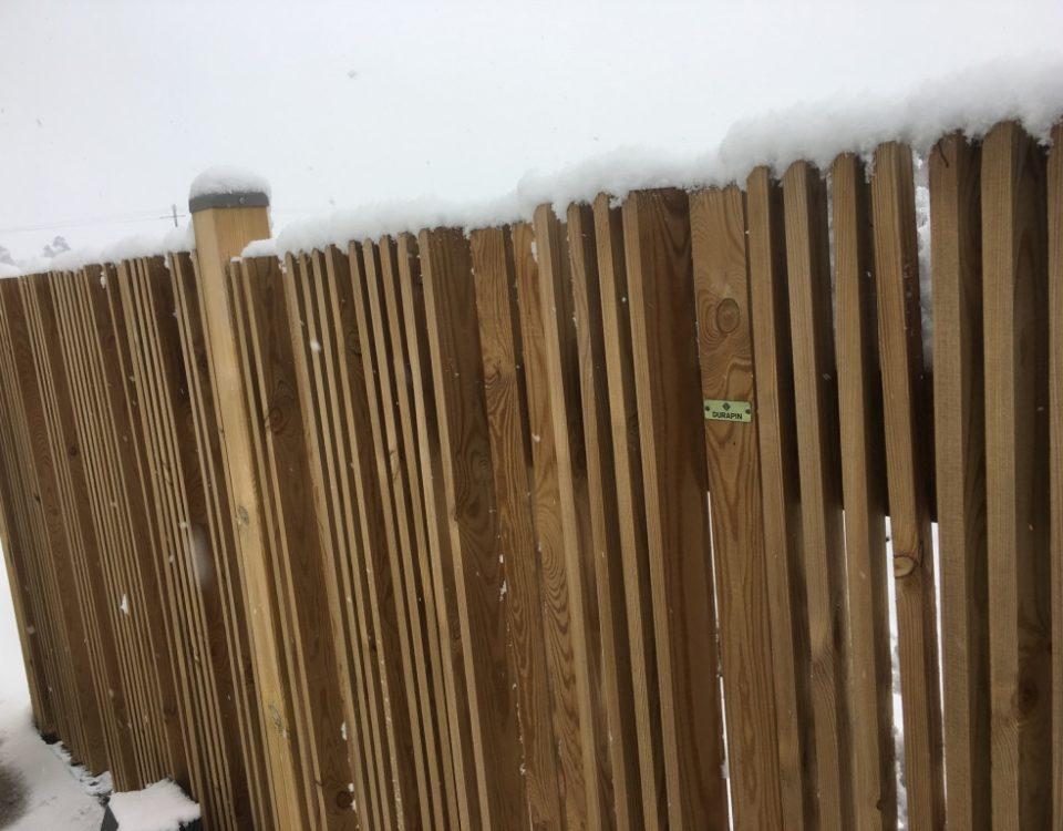 Clôture bois neige Esnault Paysagiste à Saumur