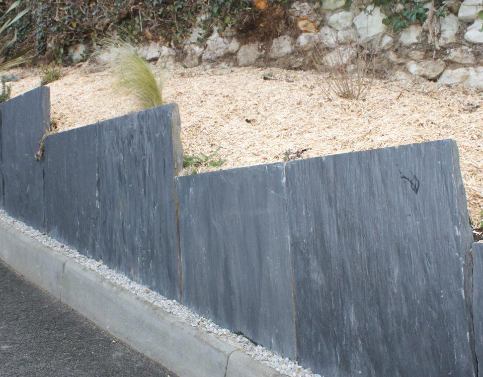 Allée avec de la sciure et de l'ardoise réalisé par Esnault Paysagiste à Saumur